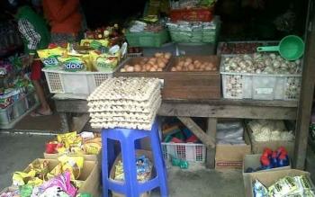Salah satu toko sembako di Pasar Kasongan yang juga menjual bawang.