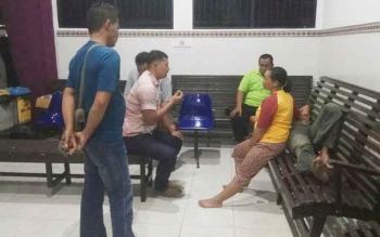 Kasat Reskrim Polres Palangka Raya AKP Ismanto Yuwono (dua dari kiri) memberikan penjelasan kepada orang tua korban, Kamis (25/5/2017) malam.