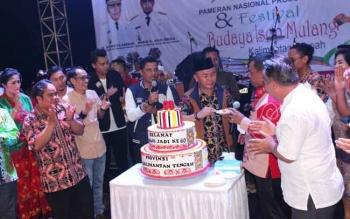 Gubernur Kalteng Sugianto Sabran saat memotong kue ulang tahun Kalteng dan menyuapkan ke Wakilnya, Habib Said Ismail. Saat ini, siapa yang terpilih dari tiga pejabat hasil lelang jabatan eselon II Pemprov Kalteng tinggal menunggu penunjukan gubernur.
