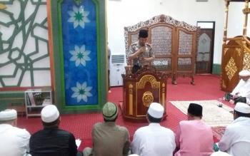 Kapolres Kapuas AKBP Sachroni Anwar memberikan kultum di atas mimbar Masjid Agung Al-Mukharam Amanah Kuala Kapuas.