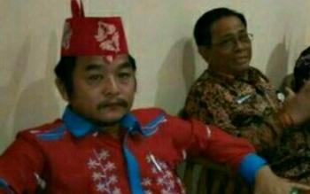Akademisi di Kotim, Riduan Kesuma (batik merah)