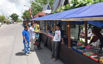 Ketua Panitia Pasar Ramadan dari Forum Komunikasi dan Solidaritas Mendawai, M Hasbiannur (dua kiri) memantau lapak pedagang di Pasar Ramadan yang didirikan di tepian Jalan Pangeran Antasari, Sabtu (27/5/2017).