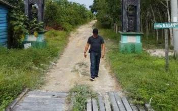 Gang Kalui berada di jalan poros Ahmad Yani dekat dengan bundaran Pangkalan Lima. Gang ini menuju dusun Cempedak yang dihuni sekitar 45 jiwa asli suku dayak Pasir Panjang.