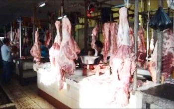 Daging sapi bergantungan di lapak pedagang daging di Pusat Perbelanjaan Mentaya, Kota Sampit, Kotim, Sabtu (27/5/2017).