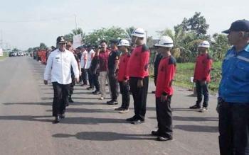 Bupati Pulang Pisau Edy Pratowo saat memeriksa barisan dalam Apel Siaga Bencana, beberapa waktu lalu.