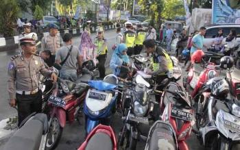Anggota Satlantas Polres Kotim saat menggelar Operasi Patuh 2017