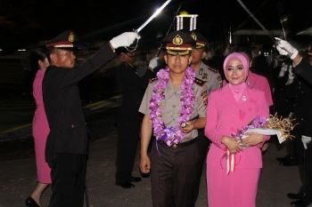 Kedantangan Kapolres Kapuas yang baru AKBP Sachroni Anwar beserta istri disambut tradisi pedang pora
