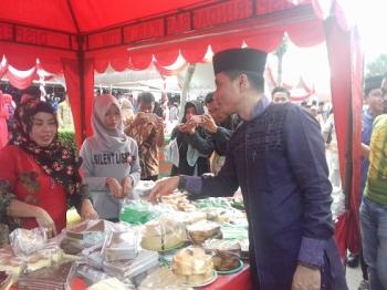 Bupati Kotim, Supian Hadi saat menemui pedagang pasar Ramadan\\r\\n
