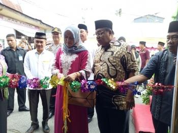 Istri Bupati Sukamara, Nuni Ludya Ahamd Dirman memotong pita sebagai tanda peresmian pasar Ramadan