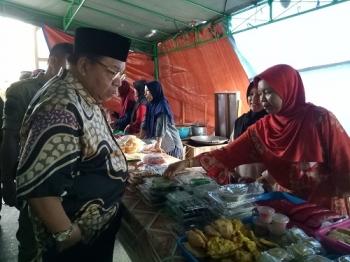 Bupati Sukamara, Ahmad Dirman saat melihat makan dan minuman yang dijual pedagang di pasar Ramadan\\r\\n