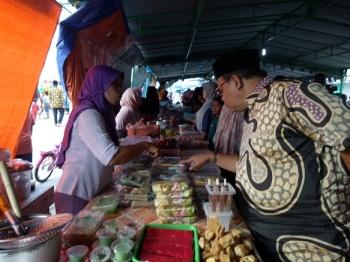 Bupati Sukamara, Ahmad Dirman saat melihat-lihat makan dan minuman yang dijual pedagang pasar Ramadan