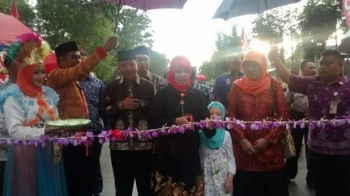 Istri Walikota Palangka Raya, Norlaina Riban Satia menggunting pita pertanda diresmikannya pasar wadai, Sabtu (27/5/2017)\\r\\n