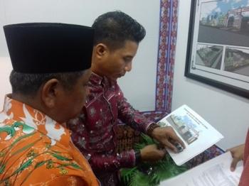 Bupati Kotim H Supian Hadi bersama Kepala Dinas PUPR saat melihat desain rencana Pasar Mentaya yang baru