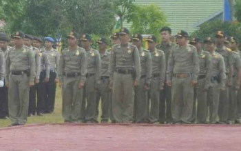 Anggota Satpol PP Sukamara saat mengikuti upaca di halaman kantor bupati beberapa waktu lalu.