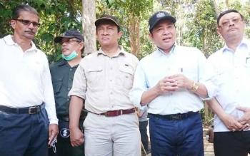 Dari kiri, Dirut PT Sawit Sumbermas Sarana Tbk, Vallauthan Subraminam, CEO Yayasan BOS Jamartin Sihite, Owner CBI Group Haji Abdul Rasyid, Direktur Konservasi Keanekaragaman Hayati KLHK Bambang Dahono Adji, di Pulau Salat, Minggu (28/5/2017).