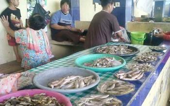 Ikan seluang banyak dijual pedagang Pasar Hurung Kasongan, Minggu (28/5/2017).