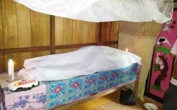 Laura, korban tenggelam di Sungai Kahayan disemayamkan di rumah duka, Desa Penda Pilang, Kecamatan Kurun, Kabupaten Gumas, Minggu (28/5/2017).