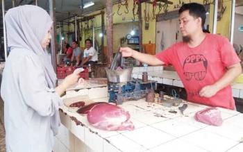 Penjual daging sapi di Pusat Perbelanjaan Mentaya Sampit, Kabupaten Kotawaringin Timur, sedang melayani pembeli, beberapa waktu lalu.
