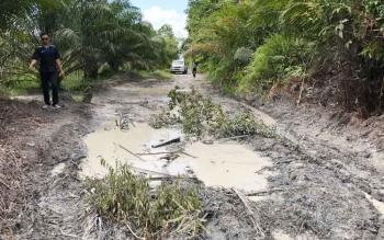 Kondisi jalan menuju Dusun Cempedak atau RT 33, Kelurahan Baru, Kecamatan Arut Selatan, Kabupaten Kotawaringin Barat, rusak parah.