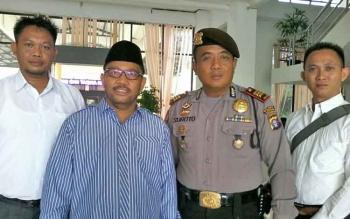 Ketua Pansus DPRD Katingan Fahmi Fauzi (dua dari kiri) foto bersama Kasat Sabhara AKP Suroto dan dua anggota Intel Polres Katingan, Senin (29/5/2017).BORNEONEWS/ABDUL GOFUR