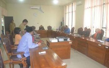 Suasana menjelang rapat internal anggota DPRD Katingan terkait keluarnya SK Mendagri yang memberhentikan Bupati Katingan di gedung dewan, Senin (29/5/2017)