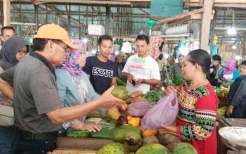 Bupati Kobar Hj Nurhidayah didampingi sang suami H Ruslan AS memantau harga di salah satu pasar tradisional di Kota Pangkalan Bun, Sabtu (27/5/2017)
