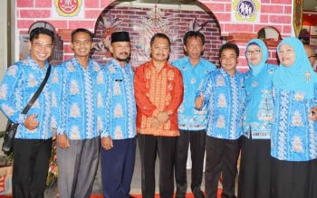 Jajaran pegawai Dinsos Kalteng di stan pameran Kalteng Expo dalam rangka HUT ke-60 Kalimantan Tengah di Sampit