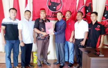 Pengurus DPC PDI Perjuangan Sukamara saat menerima berkas pendaftaran milik Mugeni.