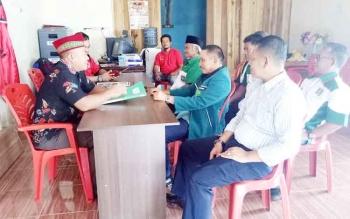 M Yamin saat menyerahkan berkas pendaftaran kepada DPC PDIP Sukamara.