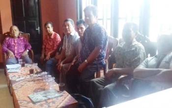 Damang Parenggean dan Mantir saat melaporkan PT KIU ke DAD Kotim.
