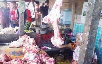 Pedagang daging sapi di Pasar Indrasari Pangkalan Bun.