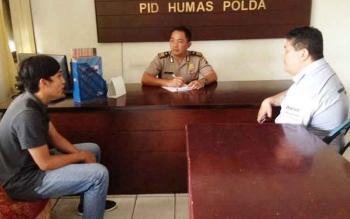 Benardo (kiri) didampingi keluarganya saat dimintai keterangan terkait penulisan status dikejar dua orang, Senin (29/5/2017)
