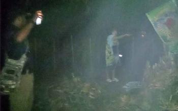 Salah satu PSK yang kedapatan bersembunyi dari kejaran petugas. Para PSK ini kocar-kacir saat patroli Satpol PP menyambangi warung kopi tempat mereka mangkal, Minggu (28/5/2017) malam.