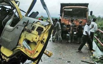 Proses evakuasi dua buah truk yang bertabrakan di Desa Bukit Batu, Kecamatan Cempaga.