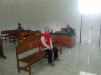 Terdakwa Andi (24) tertundung merenung saat disidang di PN Kuala Kapuas atas kasus pembunuhan yang telah dilakukannya, Senin (29/5/2017). Andi terancam hukuman mati akibat perbuatannya menghabisi nyawa Siti Rodhiyah (30).