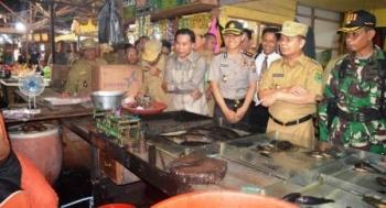 Bupati Kapuas Ben Brahim S Bahat bersama rombongan ketika melakukan sidak ke Pasar Blok R Kuala Kapuas, Senin (29/5/2017)