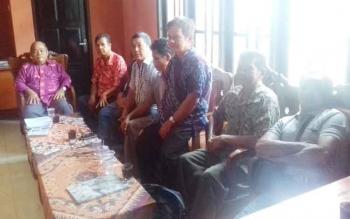 Kedamangan dan mantir adat di Parenggean melaporkan PT KIU atas kasus pelecehan adat.