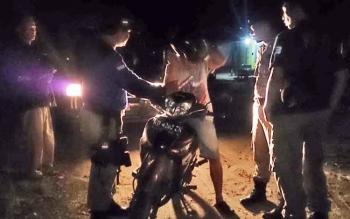Dalam keadaan mabuk berat pria yang mengaku warga Kelurahan Baru ini tiba-tiba saja roboh dan badannya tertimpa sepeda motor yang dikendarainya.