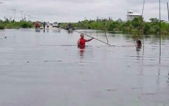 Ruas jalan menuju Desa Petak Bahandang terendam banjir setinggi 1,5 meter.