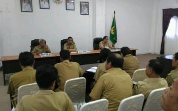 Wakil Bupati Gunung Mas Rony Karlos memimpin rapat pembahasan rencana program dan kegiatan di Kampung KB, di ruang rapat lantai I kantor bupati, Selasa (30/5/2017).