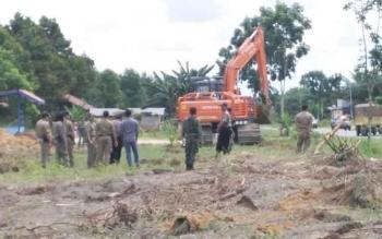 Satu buah alat berat sedang membersihkan tanaman sawit yang ada di lahan restan Jalan Ahmad Yani, Desa Pandu Senjaya, Kecamatan Pangkalan Lada, Senin (7/3/2016) lalu.