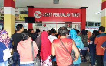 Puluhan calon pemudik sedang antri di kantor PT Pelni untuk mendapat tiket kapal laut saat mudik lebaran.