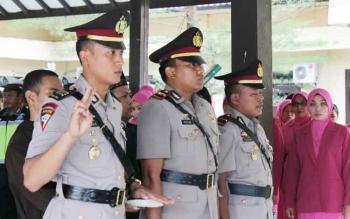 Kapolres Lamandau, AKBP Andhika Kelana Wiratama memimpin prosesi serah terima jabatan (sertijab) Kabag Ops Polres Lamandau dan Kapolsek Bulik, Selasa (30/5/2017).