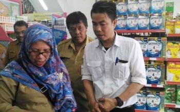 Pegawai Disperindag melalukan inspeksi mendadak pada sejumlah swalayan di Kota Palangka Raya, Selasa (30/5/2017)