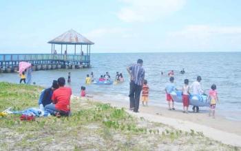 Masyarakat Sukamara saat berkunjung di Pantai Anugrah, Desa Sungai Tabuk Kecamatan Pantai Lunci, Kabupaten Sukamara.