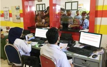 Dua petugas tiket Pelni melayani ratusan calon penumpang yang memburu tiket mudik baik ke Semarang maupun ke Surabaya, Selasa (30/5/2017).