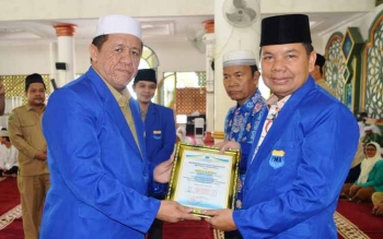 Bupati Kapuas Ben Brahim S Bahat saat menerima Penganugerahan kehormatan PC PMII Kabupaten Kapuas oleh Ketua Dewan Pembina PC Pergerakan Mahasiswa Islam Indonesia (PMII) Kapuas H Junaidi yang ditandai dengan pemasangan Jas PMII dan penyerahan Piagam gelar