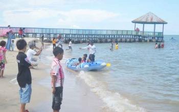 Masyarakat Sukamara saat mengunjungi pantai Anugrah.