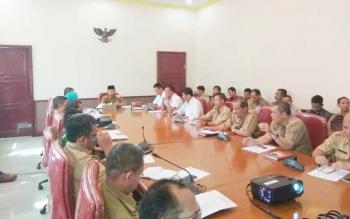 Wakil bupati Kobar memimpin rapat koordinasi penanganan bencana banjir di ruang rapat bupati, Selasa (30/5/2017)
