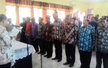 Bupati Kapuas Ben Brahim S Bahat melantik 9 Anggota Badan Penyelesaian Sengketa Konsumen (BPSK) Kabupaten Kapuas di Aula Kantor Deperindagkop Kabupaten Kapuas, Selasa (30/5/2017).